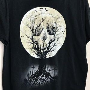 Gildan Tops - Graveyard Skull Moon Halloween Graphic tee sz L